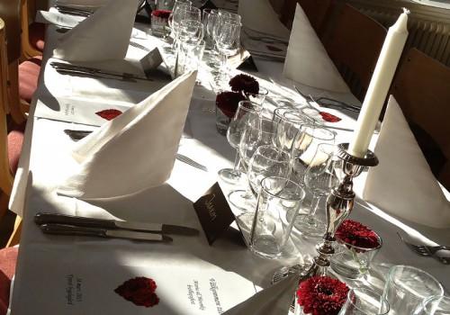 Vinterbröllop i rött och vitt, Tyresö Bygdegård