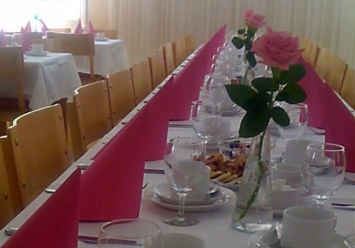 Dukning med cerise servetter och rosor